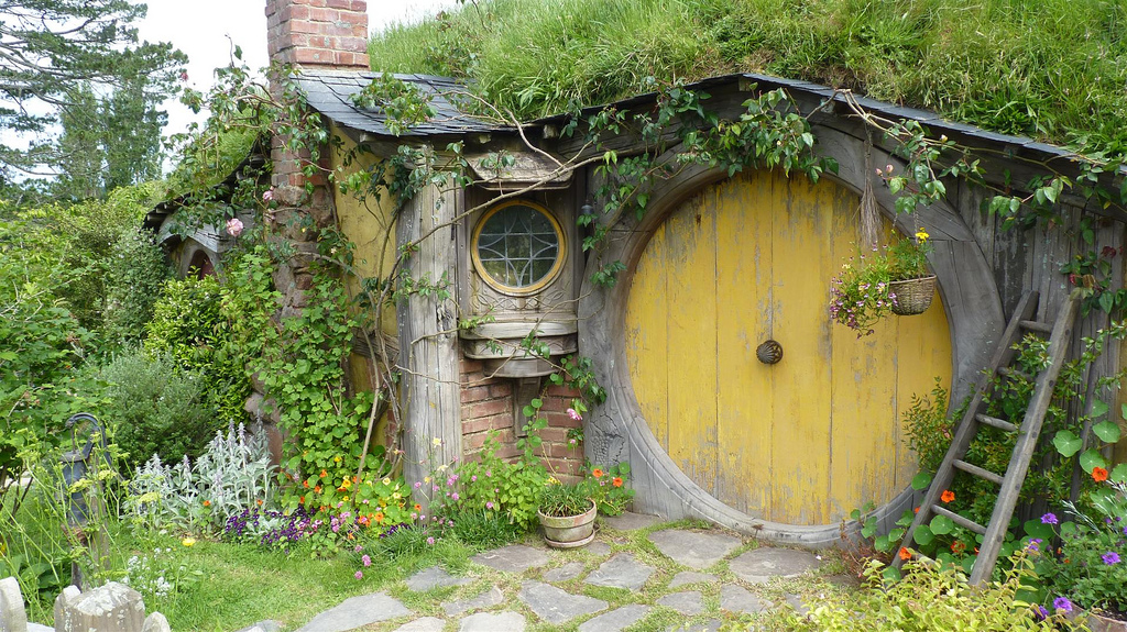 Hobbit house pictures the hobbit set photos - The cob house the beauty of simplicity ...