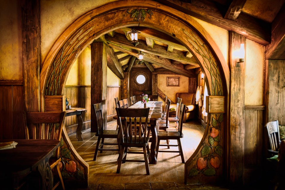 More sweet hobbit house pictures the hobbit movie for Hobbit house furniture